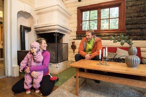 DRØMMER OM HYTTE: Lille Erle Bakka Tvedt, Loella Bakka og Aasmund Magnus Tvedt var en av flere småbarnsfamilier som hadde tatt turen til Ørfiske søndag ettermiddag.  - Det hadde gjort seg med en lottogevinst nå, mente Aasmund.
