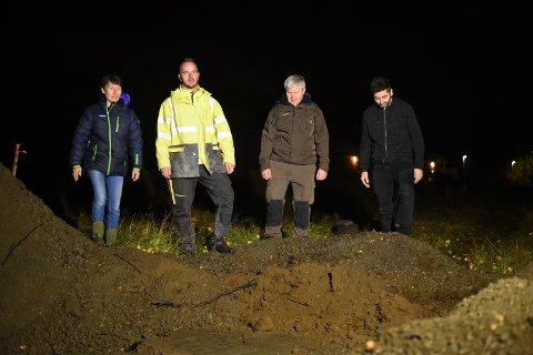 GRAVD OPP: Ann-Heidrun Skår, Jan Andersen Knut Arne Skår og Arlind Sertolli er mildt sagt oppgitt etter at utbyggeren gravde opp deres eneste vei inn og ut av nabolaget.