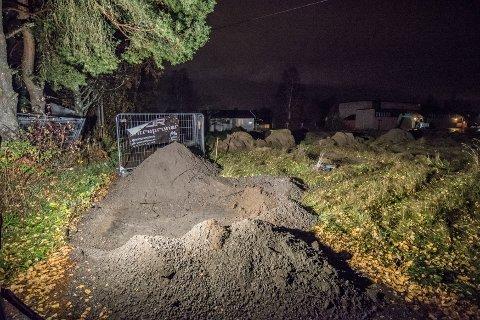 KUNNE IKKE BRUKE VEIEN: Mandag kom naboene hjem til en oppgravd vei. Kommunen sier naboene har anlagt veien på kommunens areal, og at de har tatt seg til rette.