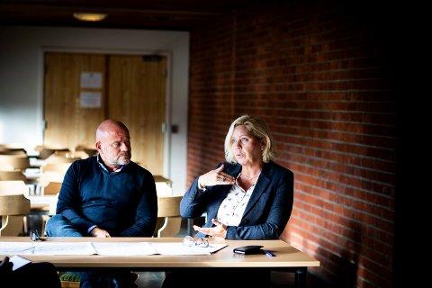 STRENGERE RUTINER: Rådmann Anita Orlund og personalsjef Kjetil Kokkim i Nannestad kommune forteller at de har skjerpet rutinene etter at det ble oppdaget økonomisk utroskap i egne rekker. (Foto: Lisbeth Lund Andresen)