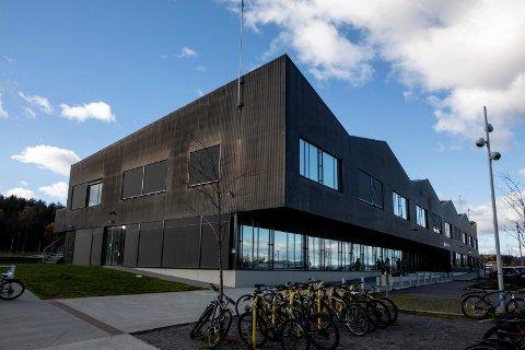 RØDT NIVÅ: En av Lillestrøms ungdomsskoler, Bråtejordet skole, er klare for morgendagen og rødt nivå.