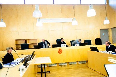 ALVORLIG: Aktor Asbjørg Lykkjen (t.v.) startet utspørringen av de tiltalte i Øvre Romerike tingrett tirsdag. Advokat Robert Antonsens (t.h.) klient, leverandøren fra Østfold, erkjenner straffskyld. Retten ledes av tingrettsdommer Fredrik Rieber-Mohn (Foto: Lisbeth Lund ANdresen)