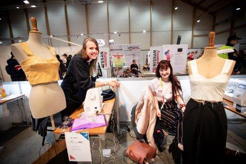 NM-DELTAKERE: Julie Myhren (23, t.v.) og Maren Ruud (20) deltar i yrkes-NM i søm og design-faget. Oppgaven deres er å sy en buksedress på 20 timer.