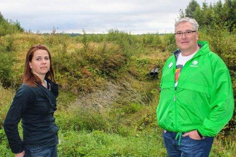 Solveig Schytz og Stein Vegard Leidal (V) på Jødalsmåsan i Ullensaker. Nå håper de på fredning.