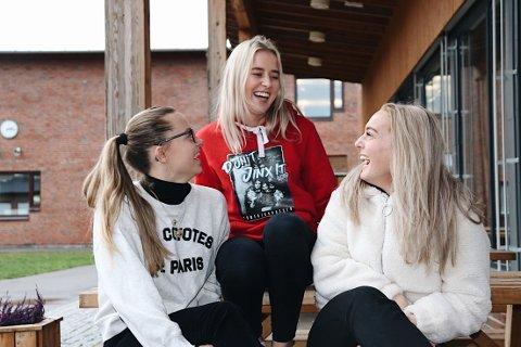BRYR SEG: (f.h) Viktoria Hauge, Bettina Echmann og Nora Wennemo Aronsen er stolte over innsatsen til neste års russ.