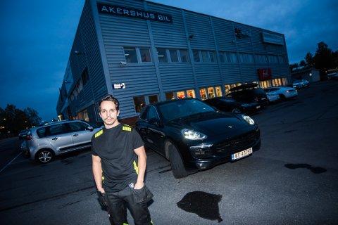 TIDLIGERE ANSATT: Lasse Grønsberg var ansatt i Akershus Bil AS fram til juni i år. Nå vurderer han rettslige skritt etter at han hevder å ha blitt svindlet av sin tidligere arbeidsgiver. Her foran den ene bilen han kjøpte tidligere i år.