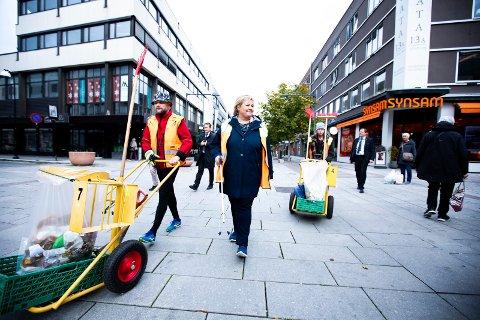PLUKKER SØPPEL: Statsminister Erna Solberg plukker søppel i Lillestrøm, sammen med Arild Nyheim (t.v.) og Kim André Åsmann (bak t.h.).