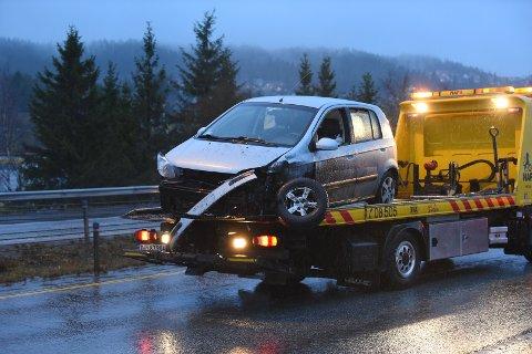 FRAKTET BORT: To personer ble sendt til legesjekk etter at denne bilen kjørte i midtdeleren på E6 søndag morgen.