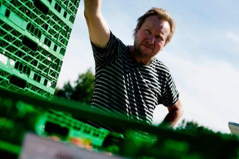 Per Isingrud, jordbærbonde på Kløfta, syns det fortsatt er så stor usikkerhet knyttet til bruk av utenlandsk arbeidskraft at han ikke har turt å planlegge for full produksjon. Så langt har det ikke meldt seg tilstrekkelig med norske arbeidstakere som kan bidra med innhøstingen.
