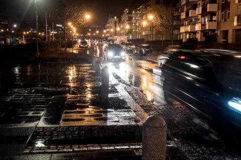 FYLLEKJØRTE I STORGATA: Den litauiske mannen kjørte i fylla på Jessheim med politbetjenten gående ved siden av.