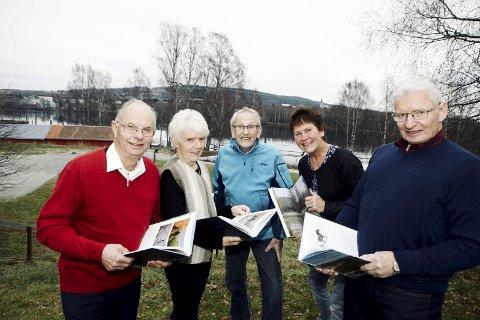 Løfter lokale historier fram i lyset: Svein Kvernhammer, Lene Skogholt, Alf Erik Jahr, Anna Kristine Jahr Røine og Harald Haraldstad har samarbeidet om den nye boka som dokumenter lokalhistorien i Nordre Øyeren. FOTO: TOM GUSTAVSEN