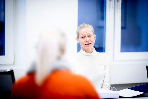 SKAL HA BLITT VOLDTATT: Kvinnen i 20-årene hevder hun ble voldtatt av legen i 50-årene. – Jeg fortalte at jeg var nervøs, men da klappet han meg på låret og ba meg slappe av. Her sammen med sin advokat Anne Hazeland Tingstad.