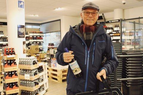 FORNØYD: Paul-Gunnar Strømberg var tidlig ute og kjøpte med seg fire flasker av årets byvin.