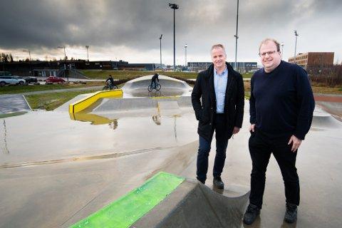 VIL BYGGE VIDERE PÅ SUKSESSEN: Willy Kvilten (t.v.) og Hans Jørgen Borgen er imponert over hvor mye liv det er på skateparken. Nå ønsker de å videreutvikle tilbudet innendørs.