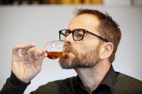 Ivan Abrahamsen (48) jobber som Master Blender på Arcus på Gjelleråsen. Hans hovedansvarsområde er å utvikle nye produkter og ivareta produkter de allerede har. Abrahamsen er en av landets fremste akevitt-eksperter. Alle foto: Tom Gustavsen