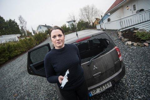 HÆRVERK: Knust bakrute og kvitteringer som var forsøkt tent på inne i bilen var det som møtte Jenny Evjen da hun hentet bilen etter jobb torsdag ettermiddag.