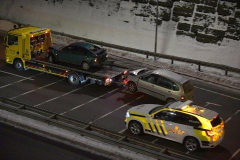 BERGET: To biler måtte berges da Rælingstunnelen ble stengt etter en kjedekollisjon.
