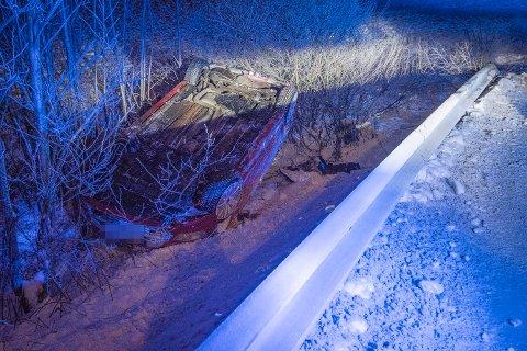 ULYKKE: Føreren av bilen skled av veien og havnet på taket i grøfta.
