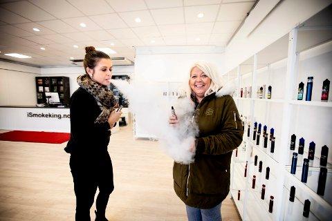 FØRSTE KUNDE: Daglig leder Inga Dagilyte (t.v.) og kunde Eli Gustavsen tester ulike smaker på e-sigaretter i den nye butikken i Lillestrøm.