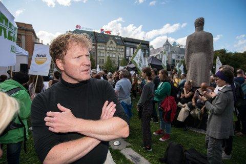 INGEN GOD POLITIKK: Stortingsrepresentant Sigbjørn Gjelsvik, Akershus Sp mener det er feil politikk å flytte passkontorene ut av distriktene. FOTO: VIDAR SANDNES