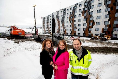 BYGGEARBEIDET I GANG: Moxy Oslo X skal utvides med 154 nye hotellrom. Byggearbeidet er i gang. F.v. hotellsjef Stine Engen, administrerende direktør Ellen Arnstad og prosjektleder Martin Levernes.