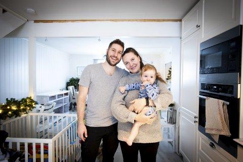 BLÅ JUL: Wendy Enberget, Ruben Eiret og sønnen Matheo (11 md.) svetter alle blått. Nå viser det seg at det er en ufarlig med sjelden bakterie som har forårsaket «fargemysteriet» på Holt Vestvollen. FOTO: Lisbeth Andresen