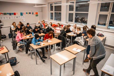 AKTIVITET I KLASSEROMMENE: Lærer Håvard Smeplass leder forberedelsene.