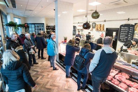 MANGE KUNDER: De siste dagene før jul er de mest hektiske i hele året for Rosenberg Spiseforretning i Lillestrøm.