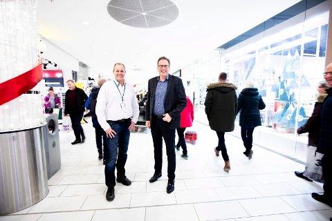 KAN JUBLE: Teknisk sjef Ole Herredsvela og senterdirektør Per Kristian Trøen på Strømmen storsenter er godt fornøyd med julesalget. Uken før jul satte senteret besøksrekord.