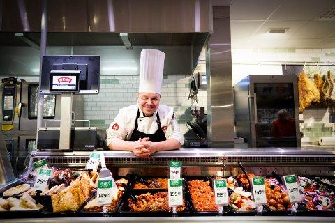 – MANGE ER NYSGJERRIGE: Ferskvaresjef Kim Ronny Larsen sier både utvalget og interessen rundt vegetarprodukter har eksplodert de siste årene. Meny-butikken på Gystadmarka på Jessheim har satset stort på denne kategorien.
