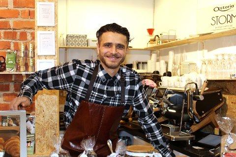 Benjamin Kaloshi driver den populære kaffebaren La Luna i Lillestrøm sentrum.