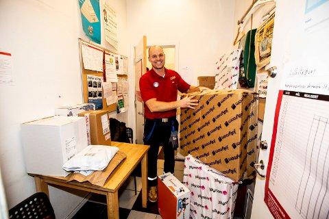 SPISEROMMET: Spiserommet på Esso brukes til pakkeoppbevaring. Daglig leder Henning Blom forteller at de får inn 100-150 pakker hver dag i førjulstida.