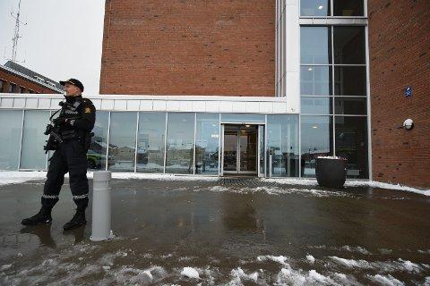 VÆPNET VAKT: Politiet har styrket vaktholdet utenfor politihuset i Lillestrøm.