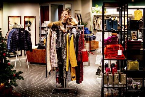 Julebord i sikte. Personal shopper Elin Månsson (30) på Strømmen Storsenter synes det er stas å få kvinner og menn til å føle seg vel i den kroppen de har. – Det er en herlig følelse, sier hun. Her har hun samlet et lite utvalg med tips til hva man kan ha på seg  under festlighetene i jula. Alle foto: Tom Gustavsen