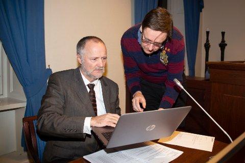 Politiadvokat John Skarpeid (t.v) og advokat John Christian Elden under fenglingsmøtet til siktet bombemann i Halden Tingrett.