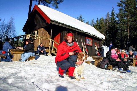 Idyll: Elisabeth Hauge og Tessa har tatt en rast ved Ringdalshytta etter en flott tur fra Tæruddalen på Skedsmokorset og over Høgsmåsan, som nærmest gir deg en følelse av å være på høyfjellet.Foto: Ola Einbu