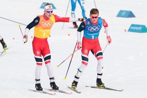 GULL: Simen Hegstad Krüger og Johannes Høsflot Klæbo etter stafetten. Foto: Lise Åserud / NTB scanpix