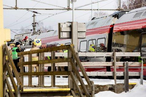 En person omkom etter å ha blitt påkjørt av toget ved Fetsund stasjon torsdag formiddag.