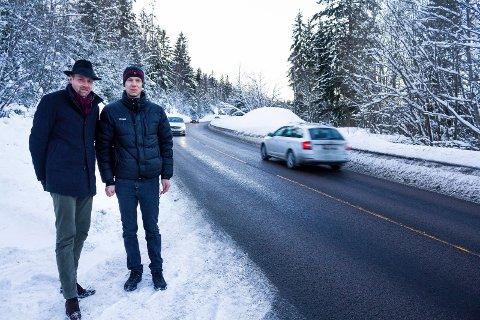 TRAFIKKERT: Her er det 80-sone og mye trafikk. Ole Jakob Holt (t.v.) og Hans Otto Tomter vil lage gangvei, så barna kan gå trygt langs veien.