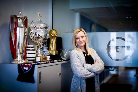 STOLT FORTID: Flere pokaler har fått plass på kontoret til daglig leder Emma Helena Sørensen.