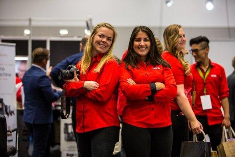 GIS BORT: Lefdal-skjorter som Therese Pettersen og Susann Anjuli Chawla her er ikledd, skal nå resirkuleres.