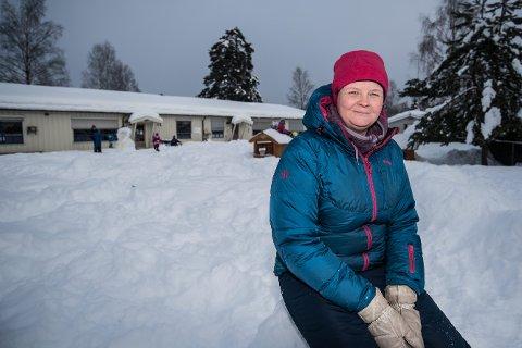 Ann-Helen Larsen fortviler over at skolen avlyste skidag på grunn av kulde. – Det er jo vinter, sier hun.