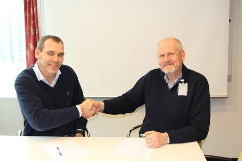 Avdelingsdirektør Nils Audun Karbø (til venstre) i Statens vegvesen og administrerende direktør Thor-Ole Risser i Askim Entreprenør undertegnet torsdag 8. februar kontrakt om bygging av ny fv. 279 Garderveien.