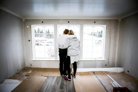 STERKE SAMMEN: Ekteparet forteller at det har vært vanskelig å fungere i hverdagen etter at hjemmet deres ble fullstendig rasert. De er takknemlige for at de har hverandre oppi alt det vanskelige.