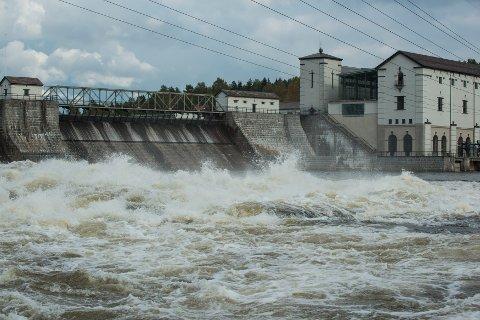 PÅ GRENSA: Fylkesmannen mener at Rånåsfoss kraftstasjon må følge med dersom Rånåsfoss og Auli skal bli en del av Nes.