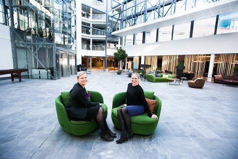 STOLTE: Hotellsjef Anne Margrethe Tveit og markedskoordinator Ida Vasaasen er storfornøyd med det «nye» hotellet. (Foto: Lisbeth Lund Andresen)