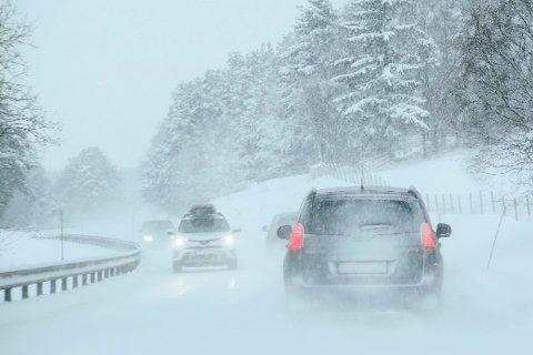 VEIVEDLIKEHOLD: Vedlikeholdsetterslepet på norske fylkesveier har økt de siste årene. Nå vil Sp løse problemet med et statlig vedlikeholdsprogram. Foto: Paul Kleiven, NTB scanpix/ANB