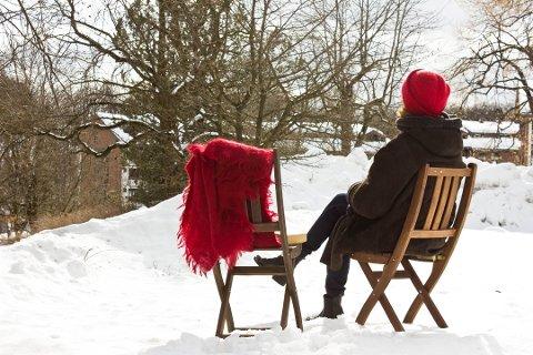 Det er ekstra deilig å nyte påskesola når du vet at møblene er trygge. Foto: Mari Andersen Rosenberg, ifi.no/ANB