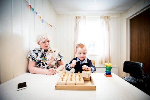 RASK EFFEKT: Dagen etter at Emil prøvde elektrodrakta klarer han å løfte denne klossen med venstre hånd. Det gleder mamma Renate Hagren stort.