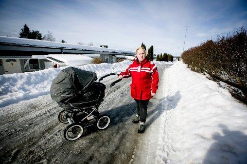 FALT: Lena Merethe Tønder falt på isen da hun var på trilletur med sin to måneder gamle datter. – Jeg er ganske irritert og frustrert over at det ikke har blitt strødd, sier hun.
